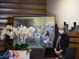 اهدای یک اثر هنری به دکتر مینو محرز